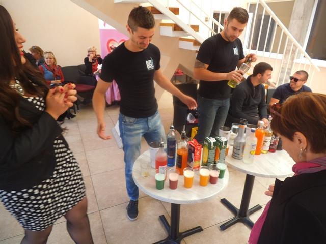 """Na Trgu A. Starčevića u Kninu, na terasi Caffe Square, održani su """"Dani otvorenih vrata Udruga 2015"""".godine"""